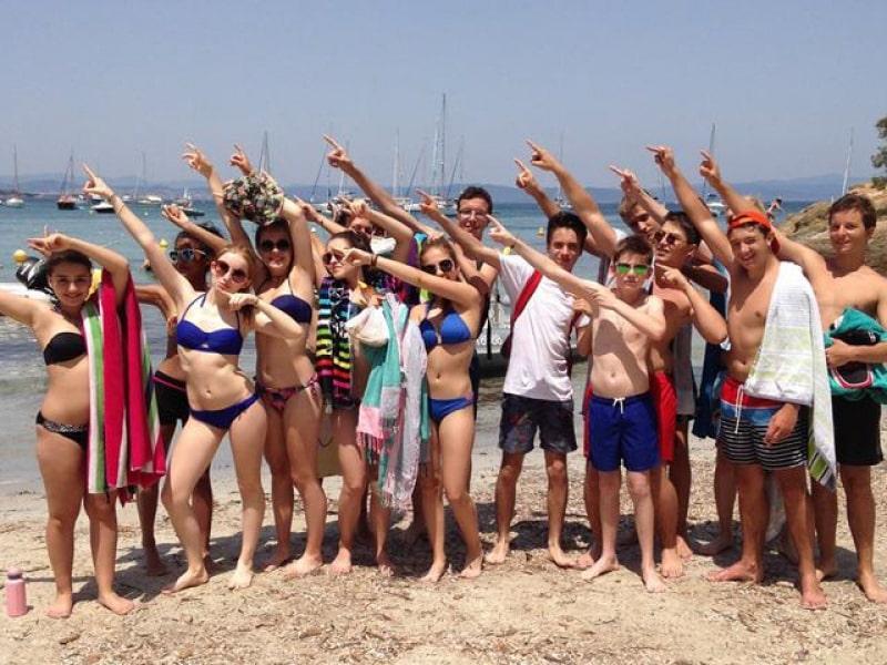 groupe d'ados en colo à la mer sur plage cet été