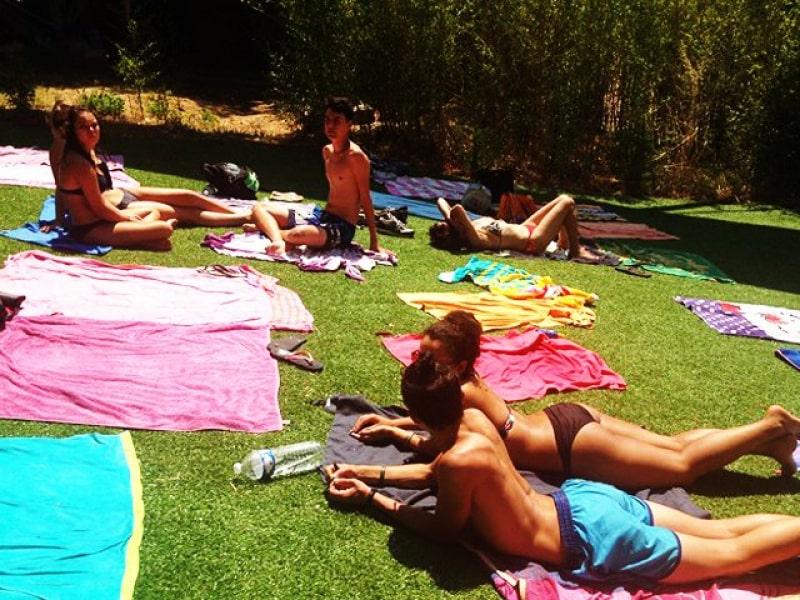 groupe d'ados se faisant bronzer en colo cet été