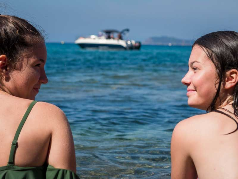 Jeunes filles en bord d'océan à la plage en colonie de vacances cet été