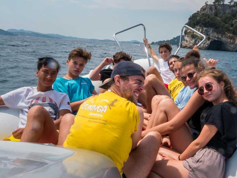 Groupe d'ados en balade en bateau en colonie de vacances cet été