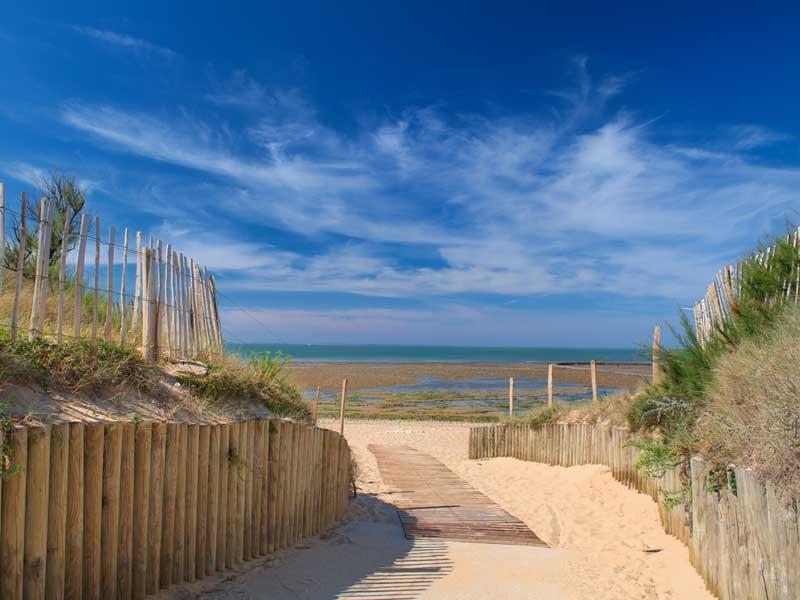 plage en bord d'océan en colonie de vacances cet été
