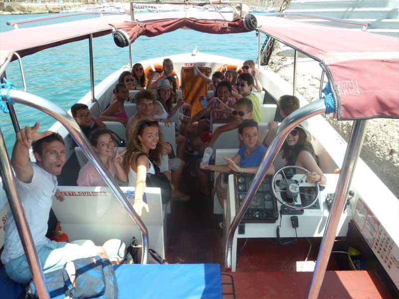 enfants en balade à bateau en colonie de vacances