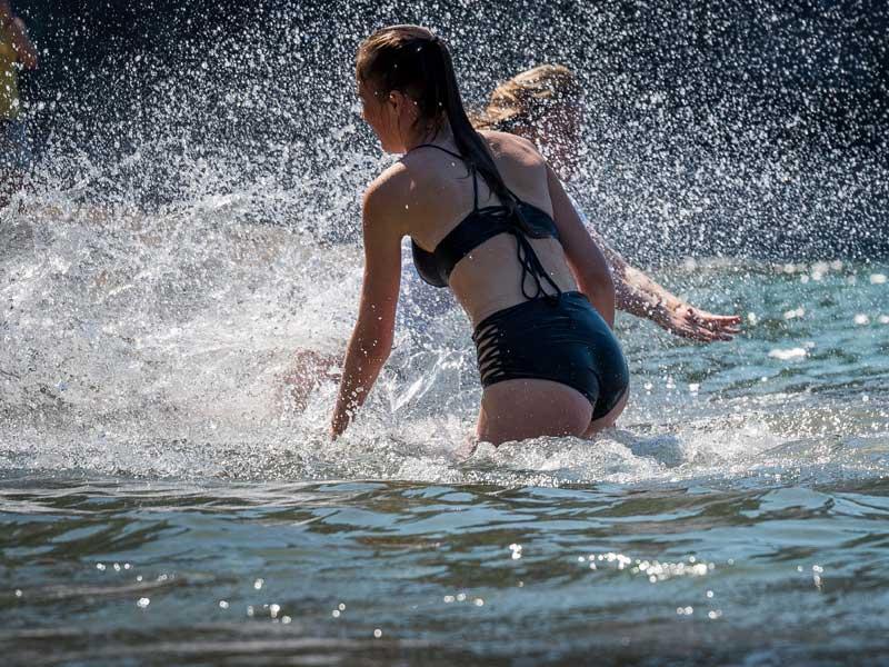 ados se baignant à l'Océan cet été en colonie de vacances