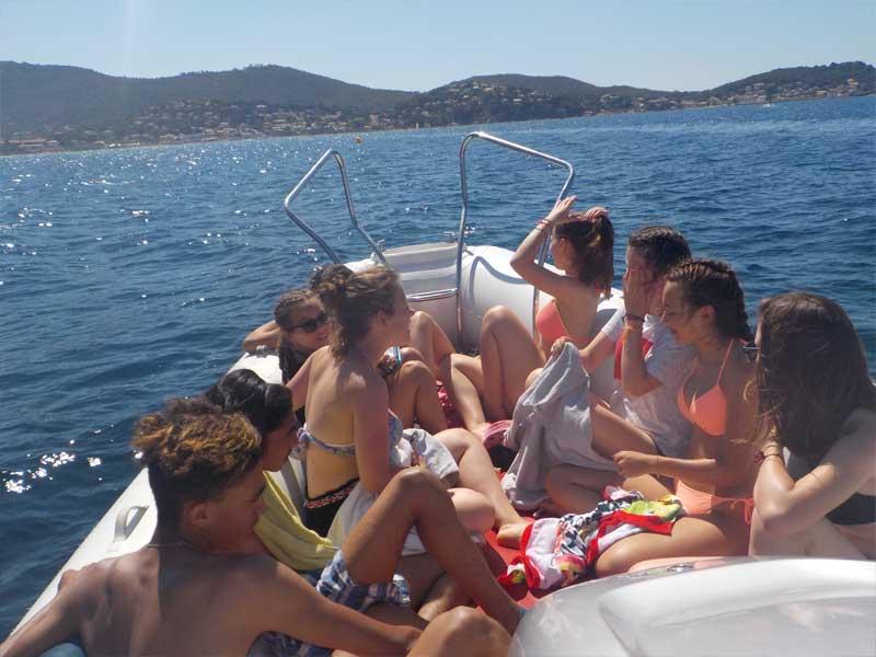 Groupe d'ados en balade en bateau cet été à l'océan