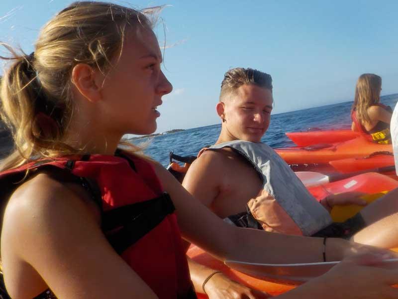 portrait de jeunes ados en colonie de vacances à l'océan cet été