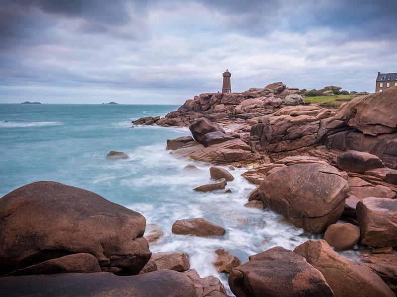 Un phare en Bretagne en été