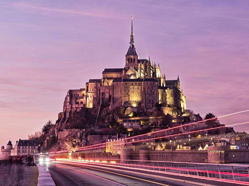 Vue sur le Mont-Saint-Michel durant un couché de soleil en été