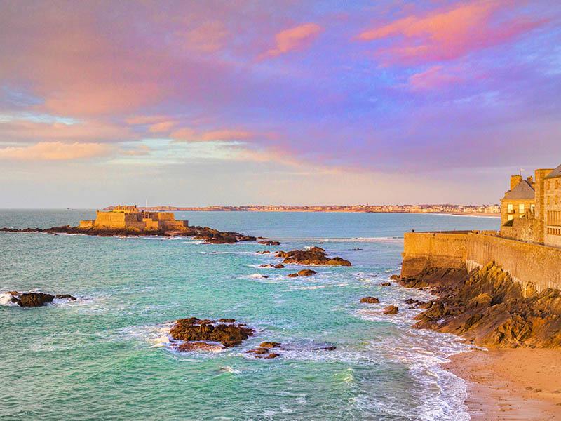 Plage de Bretagne durant un couché de soleil en été