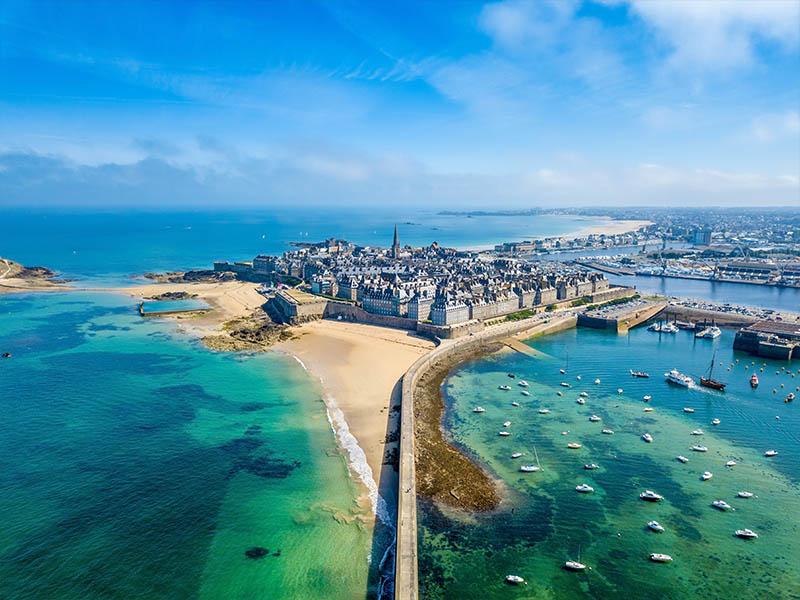 Vue sur Saint-Malo en Bretagne, en été