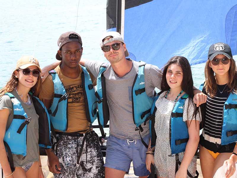 Un groupe d'ado après une sortie en mer en Bretagne, en été