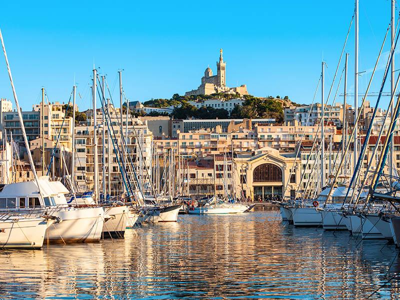 Vue sur le port de Marseille avec la Basilique Notre-Dame-De-La-Garde en arrière plan