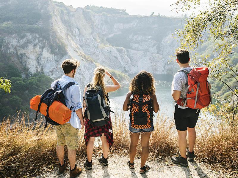 Groupe d'adolescent en colonie de vacances faisant de la randonné dans les Gorges du Verdon