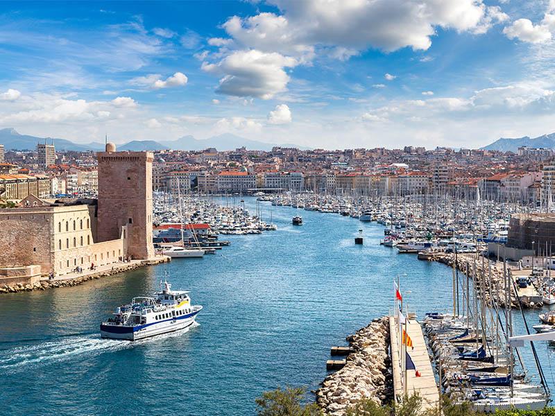 Vue sur le port de Marseille en été