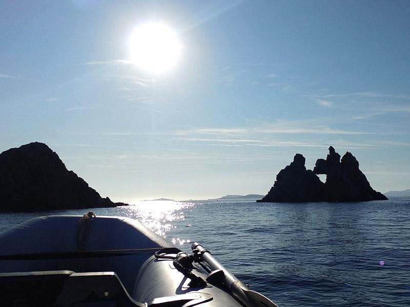 Vue sur l'île de Porquerolles depuis la mer en été
