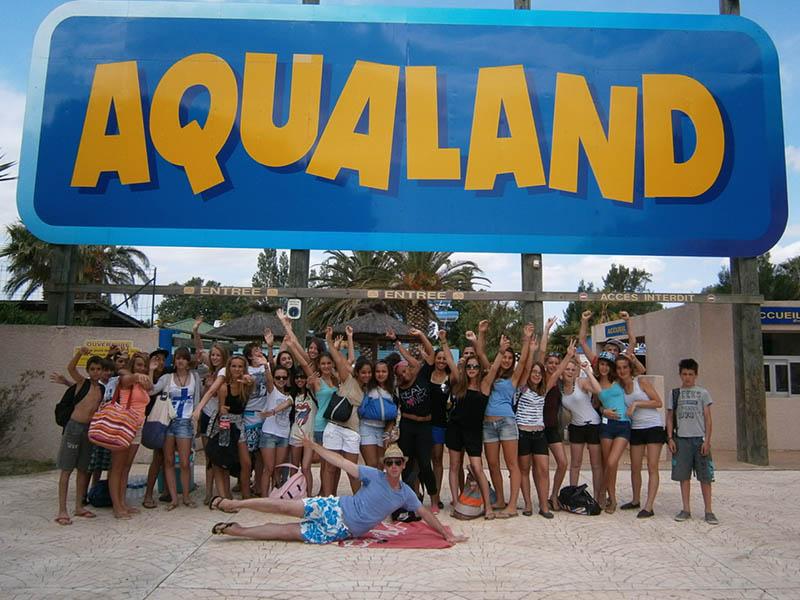 Groupe d'adolescent devant le parc aquatique Aqualand