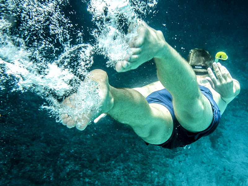 Un adolescent faisant du snorkeling dans les calanques de Marseille