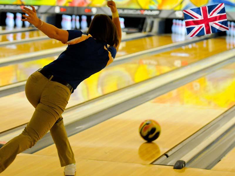 Une adolescente durant une activité Bowling lors de sa colonie de son séjour linguistique en Angleterre