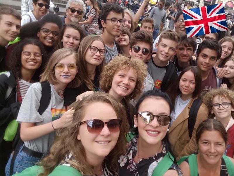 Selfie d'un groupe d'adolescent en colonie de vacances linguistique à Brigton en Angleterre