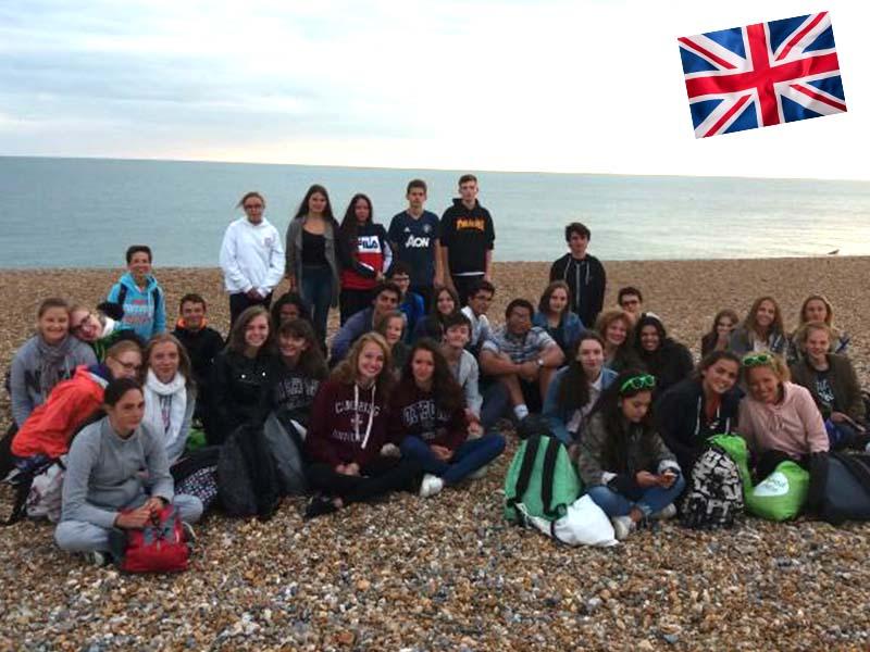 Un groupe d'adolescent en séjour linguistique devant la plage de Brighton