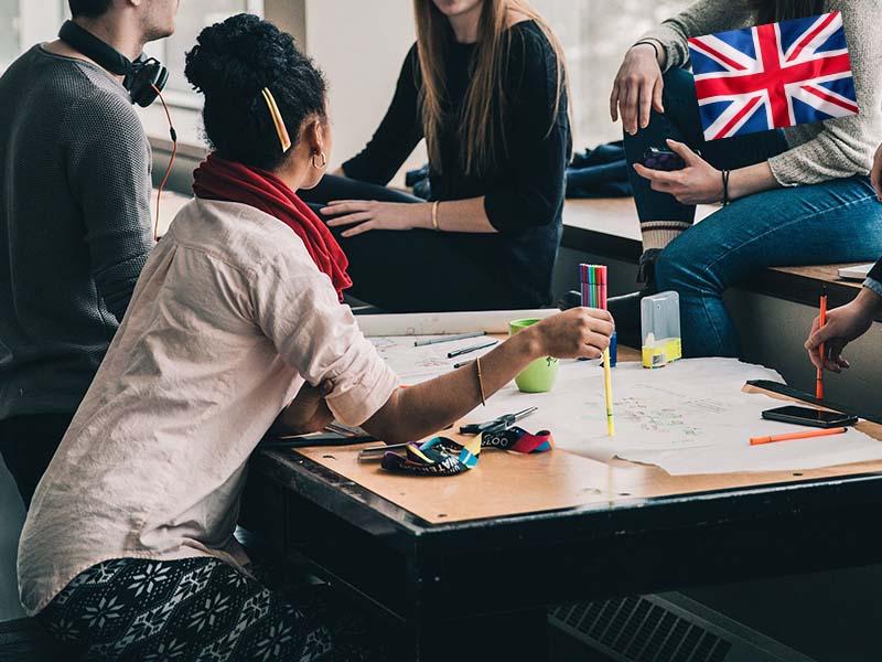 Adolescents qui discutent en anglais lors de leur stage linguistique en Suisse