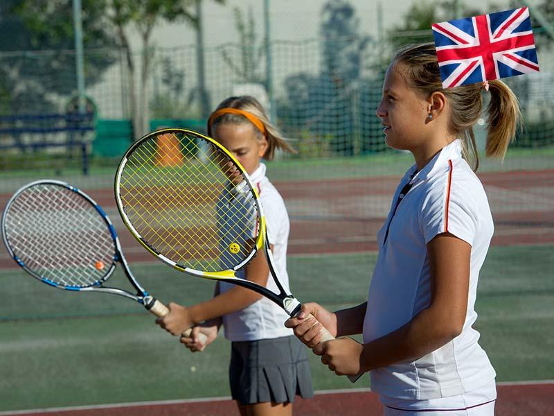 Deux enfants jouent au tennis durant leur stage linguistique anglais en Suisse