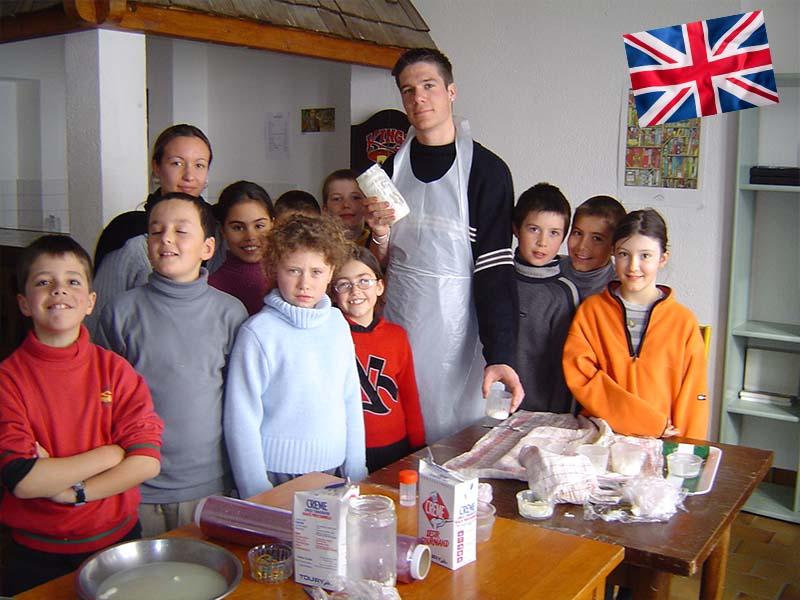 Les enfants en stage linguistique d'anglais en activité cuisine