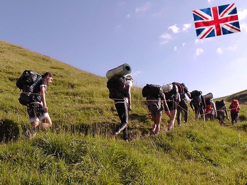 Des adolescents font une randonnée durant leur stage linguistique d'anglais en Suisse