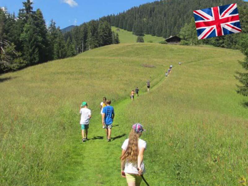 Randonné dans les champs en Suisse pendant un stage linguistique d'été
