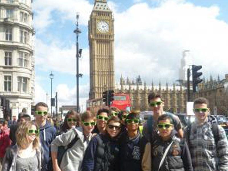 Un groupe d'adolescent en colonie de vacances linguistique devant le Big Ben en Angleterre en été