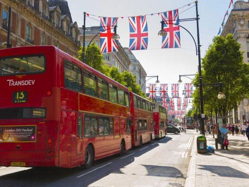 Les rues de Londres avec les fameux bus rouges en été
