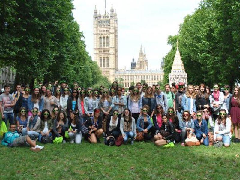 Un groupe d'adolescent en colonie de vacances linguistique dans un parc devant le Parlement de Londres en Angleterre