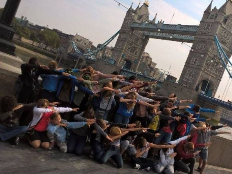 Adolescents en séjour linguistique à Londres visitent les sites touristiques de la ville