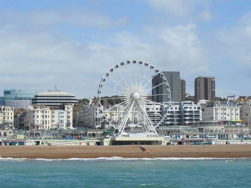 Jetée de Brighton et sa grande roue en Angleterre en été