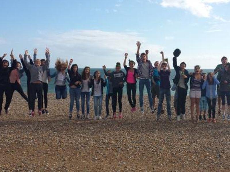Un groupe d'adolescent en colonie de vacances linguistique s'amuse sur la plage de Brighton en Angleterre en été