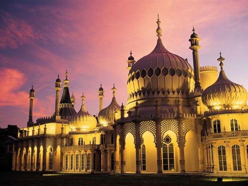 Vue du Royal Pavilion de Brighton durant un couché de soleil en été