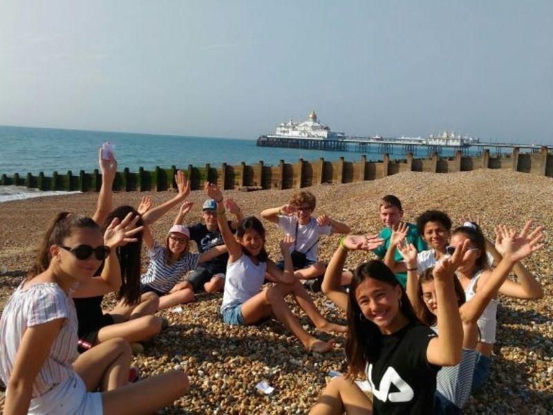 Adolescent en séjour linguistique à Brighton sur la plage