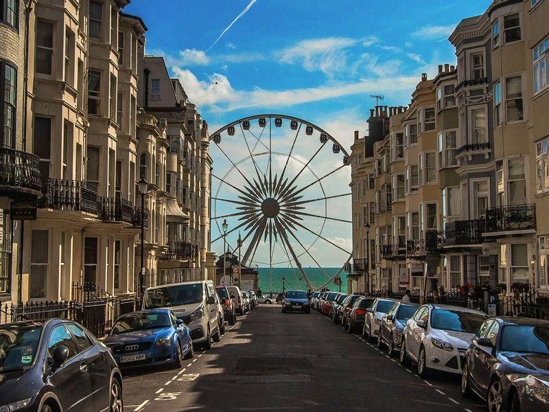 Vue sur la grande roue de Brighton depuis les rue de la ville en Angleterre