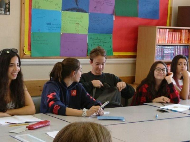Adolescent en séjour linguistique à Brighton en cours d'anglais