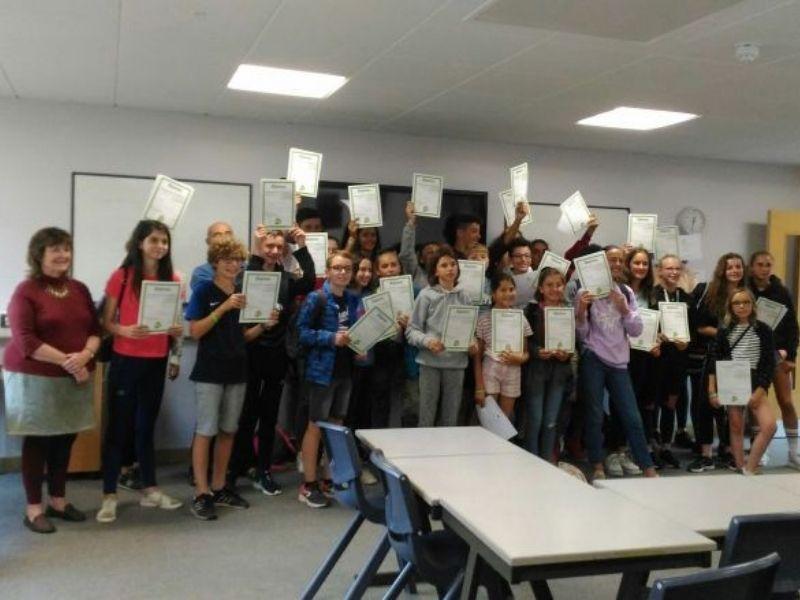 Adolescents avec leur certificats d'anglais en séjour linguistique à Brighton en Angleterre en été