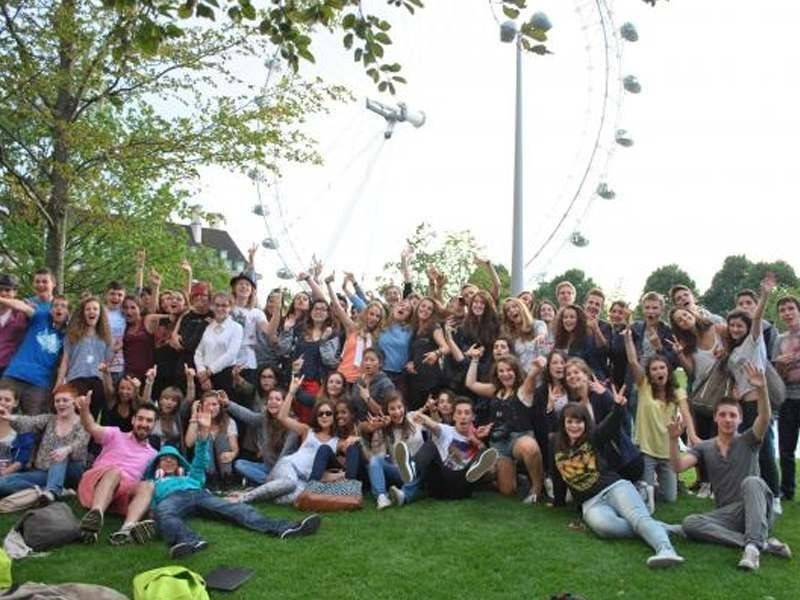Un groupe d'adolescent en colonie de vacances linguistique devant le London Eye en Angleterre