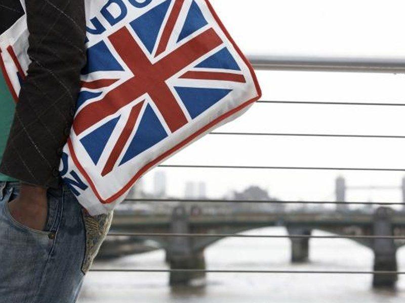 Un adolescent se promène dans les rues de Londres en Angleterre en été
