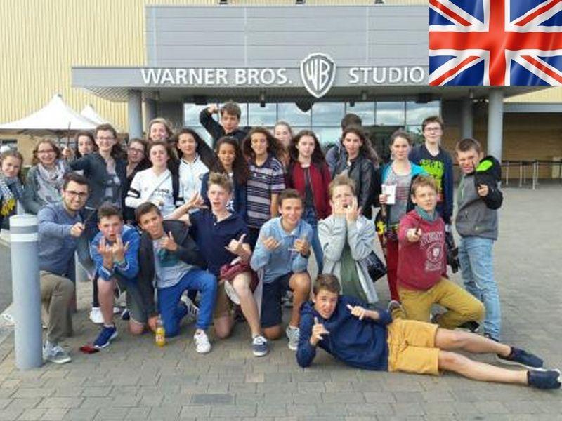 Un groupe d'adolescent en colonie de vacances linguistique devant le making of d'Harry Potter aux studios Warner Bros de Londres en Angleterre