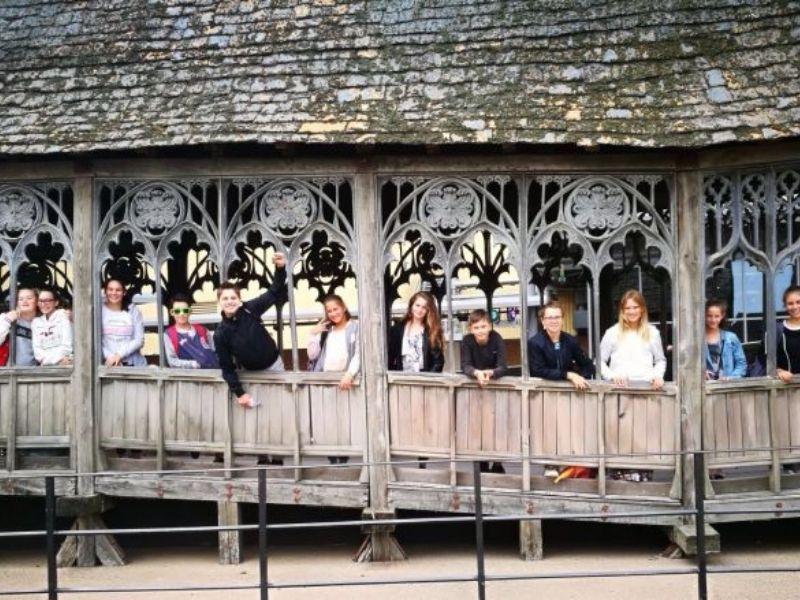 Adolescent sur le fameux pont de Poudlard en séjour linguistique à Londres