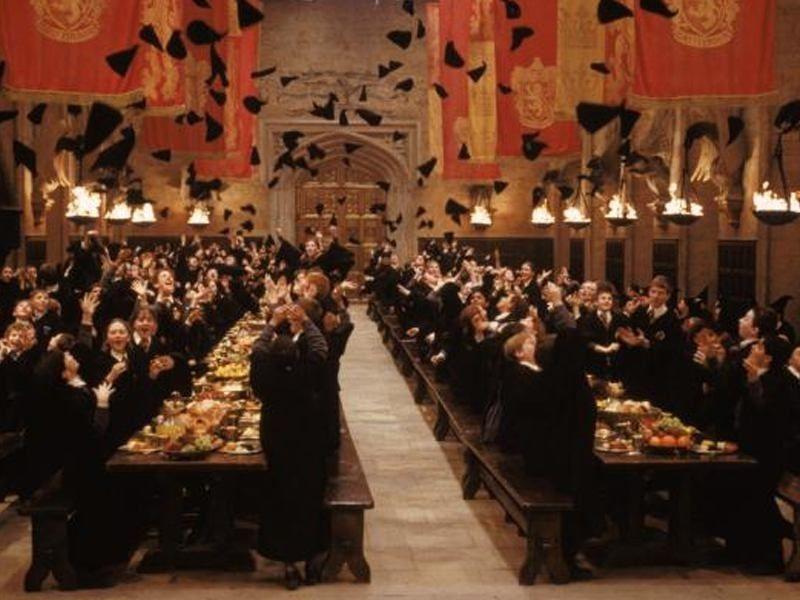 La salle de réception de Poudlard avec tout les apprentis sorciers