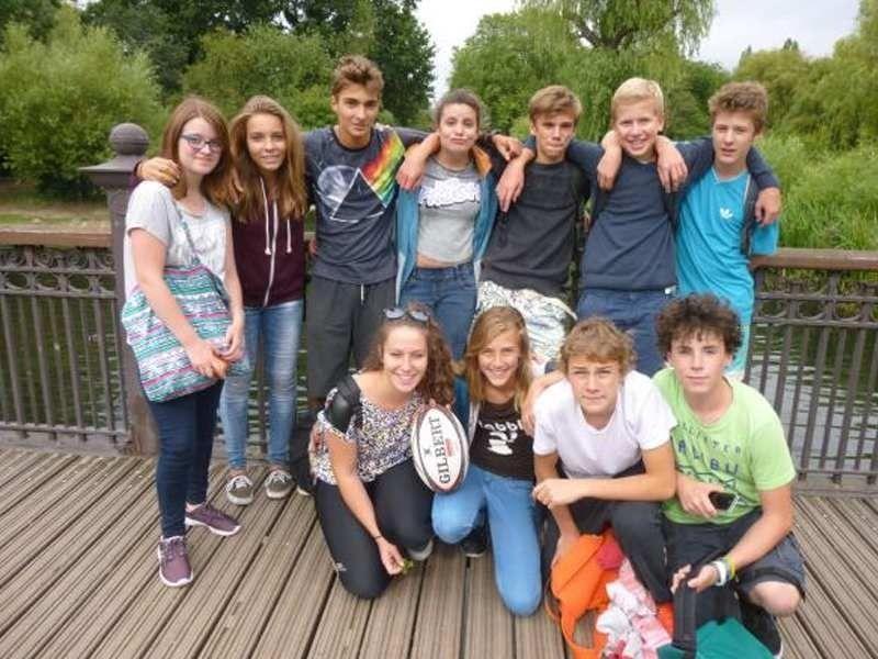 Groupe d'adolescent en colonie de vacances à Hyde Park en Angleterre