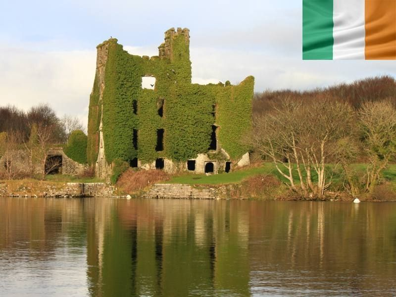 Château de Menlo en Irlande en été