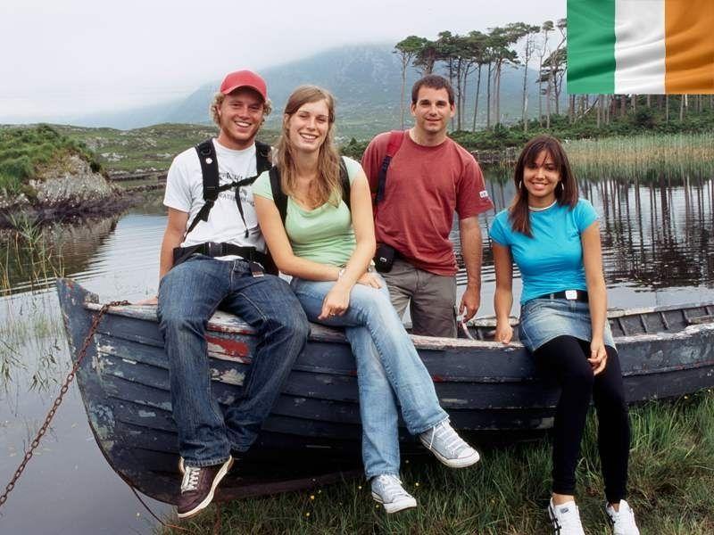 Un groupe d'adolescent en colonie de vacances devant les lacs du Connemara en Irlande