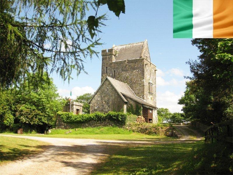 Château de Craggaunowen en Irlande en été