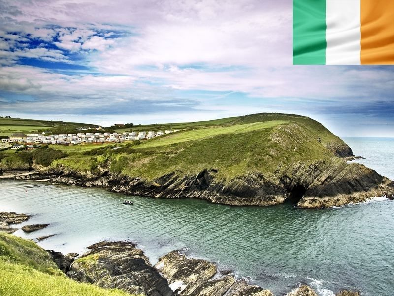 Un village sur les falaises d'Irlande en été