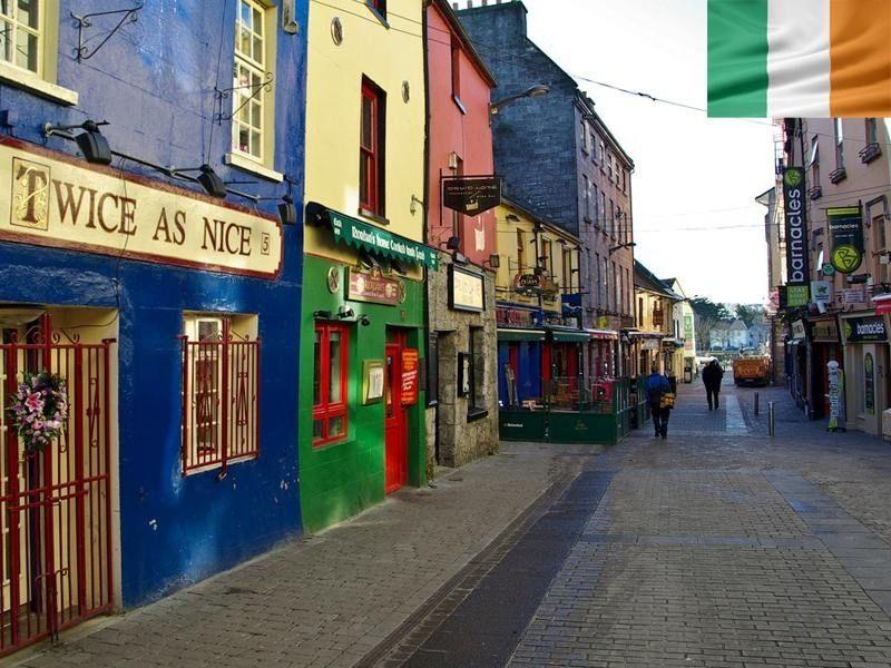 Rue de Galway en Irlande en été